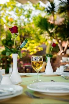 Kieliszek wina na stole. restauracja.