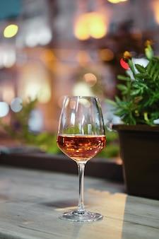 Kieliszek wina różowego na blacie barowym