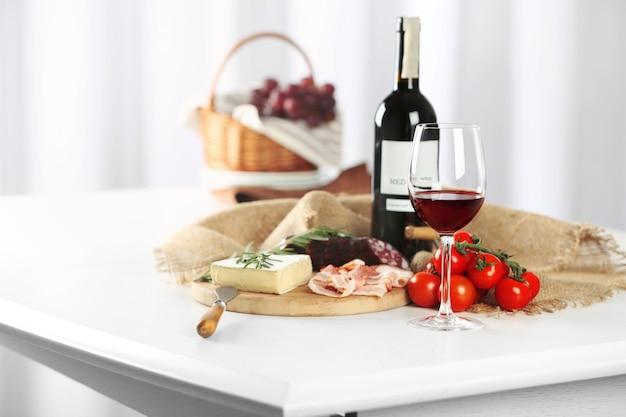 Kieliszek wina z jedzeniem na stole zbliżenie