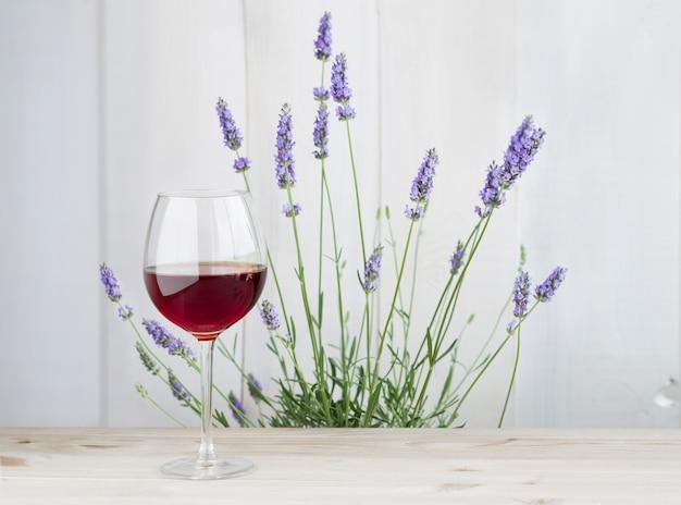 Kieliszek wina z lawendowym krzakiem