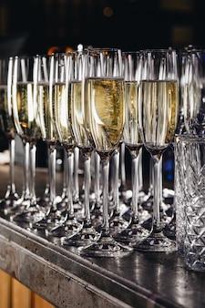 Kieliszki białego wina musującego na imprezie.