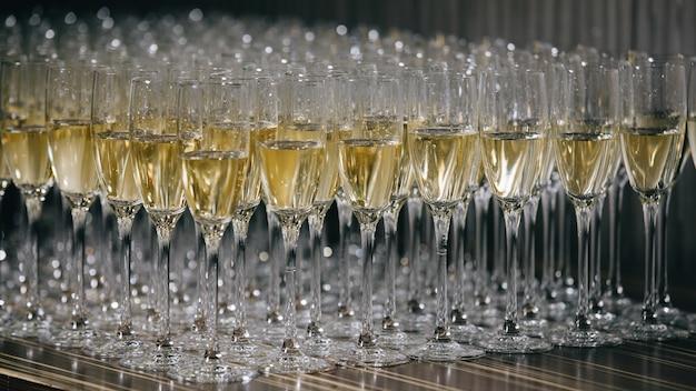Kieliszki białego wina musującego na weselu