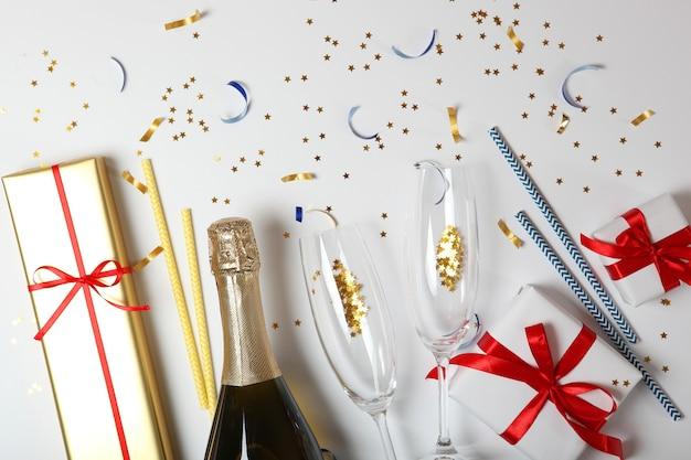 Kieliszki do szampana i konfetti na kolorowym tle widok z góry