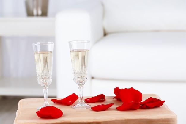 Kieliszki do szampana i płatki róż na walentynki