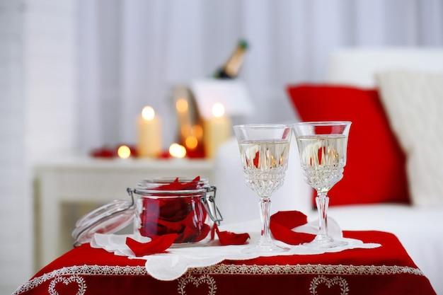 Kieliszki do szampana i płatki róż z okazji walentynek