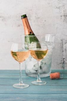 Kieliszki do szampana na stole