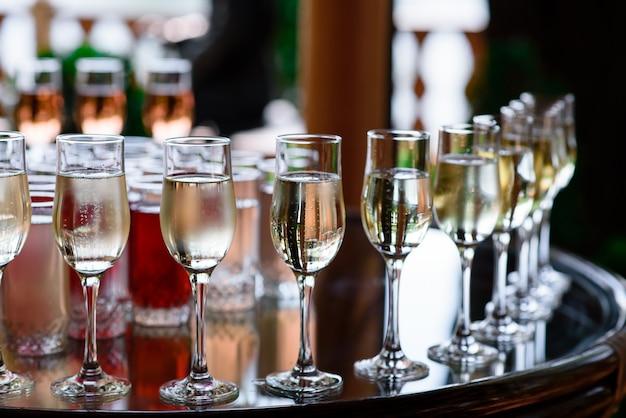 Kieliszki do szampana na stole.