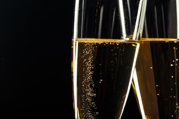 Kieliszki do szampana na świąteczną okazję w ciemności