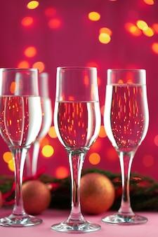 Kieliszki do szampana na tle bokeh świateł