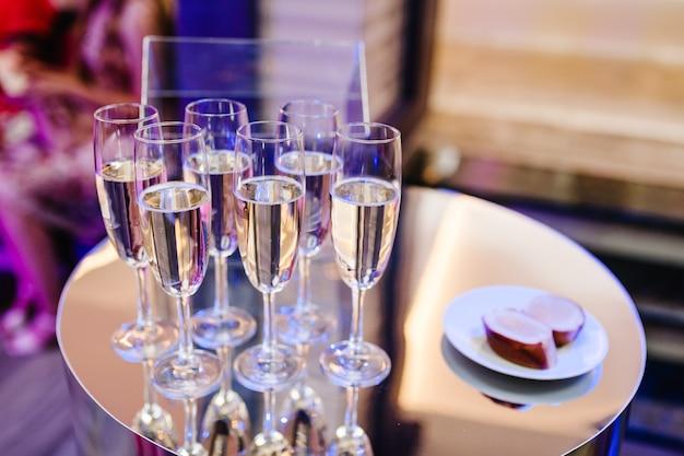 Kieliszki do szampana na złotym tle. koncepcja uroczystości party i wakacje.