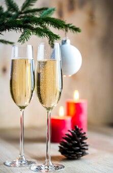 Kieliszki do szampana pod zdobioną gałąź choinki