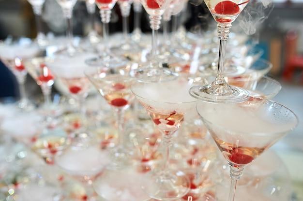 Kieliszki do szampana wieża w uroczystości. nikt