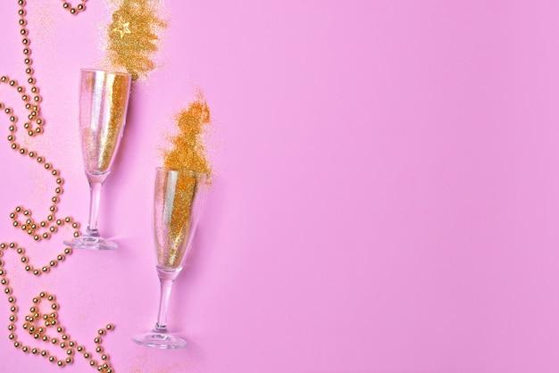 Kieliszki do szampana z brokatem na kolorowym tle