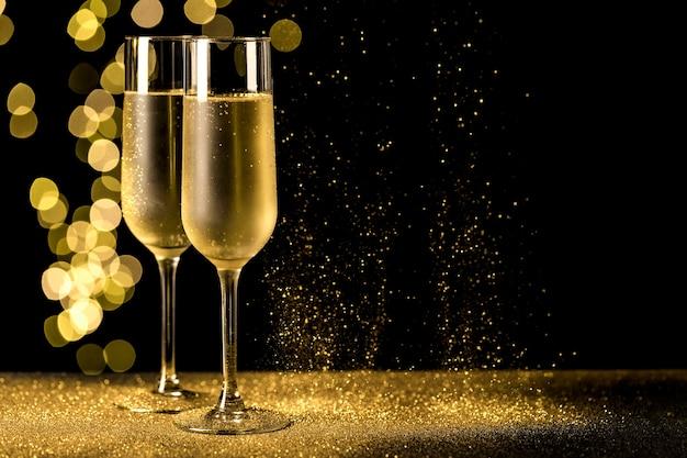 Kieliszki do szampana z lampkami bokeh