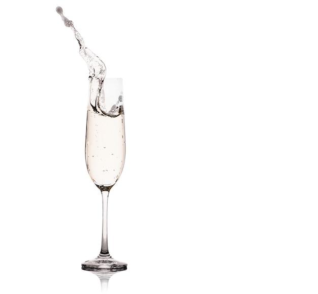Kieliszki do szampana z odrobiną, na białym tle.