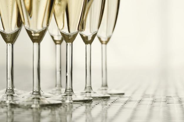 Kieliszki do szampana z szampanem