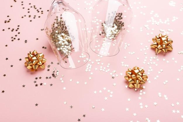 Kieliszki do szampana, złote kokardki i brokat