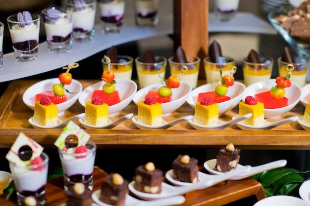 Kieliszki do szklanych ciast, catering weselny, mini kanapki