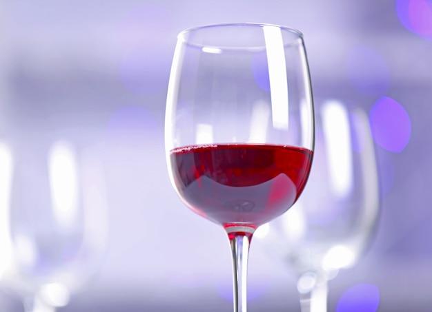 Kieliszki do wina na rozmytym tle światła