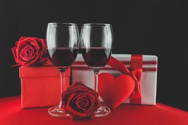 Kieliszki do wina z prezentów i serce