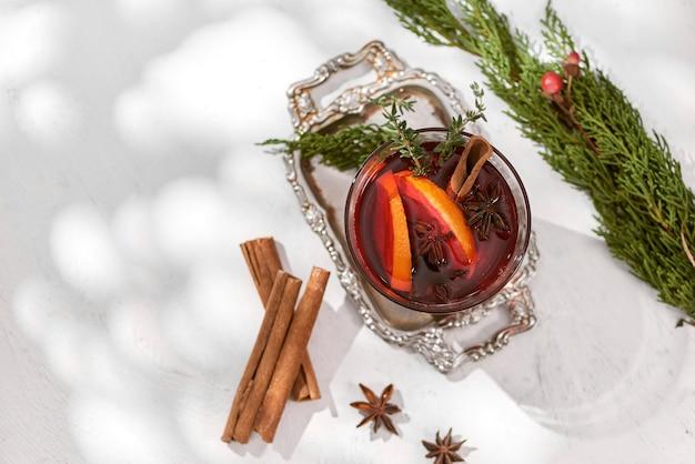 Kieliszki grzanego wina z pomarańczą i cynamonem. selektywne skupienie