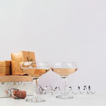 Kieliszki koktajlowe z prezentami na stole