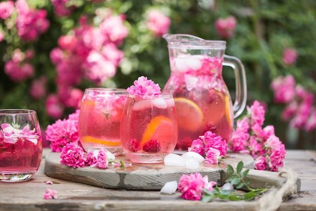 Kieliszki koktajlowe z różowego szampana