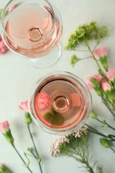 Kieliszki różowego wina i piękne kwiaty