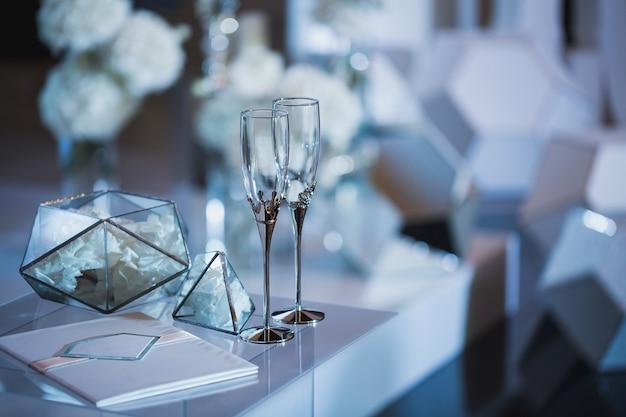 Kieliszki ślubne przy rejestracji na miejscu ceremonii.