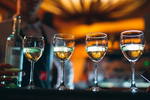 Kieliszki wina na blacie