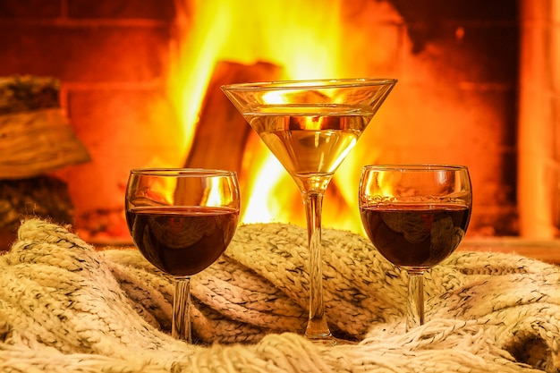 Kieliszki wina na tle przytulny kominek.