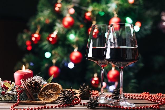 Kieliszki wina z ozdób choinkowych