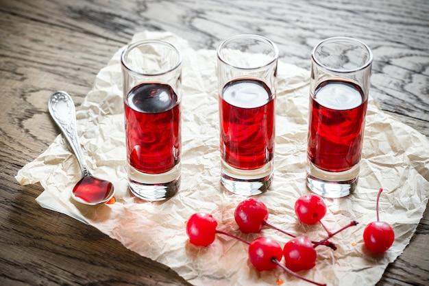 Kieliszki wiśniowego brandy z koktajl wiśni
