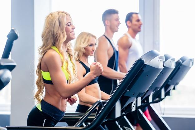 Kieratowa grupa ćwiczy w sprawności fizycznej gym