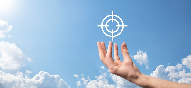Kierowanie koncepcja ręką biznesmen trzymając cel ikona tarczy szkic na tablicy. obiektywna koncepcja celu i celu inwestycyjnego.