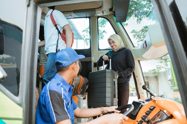 Kierowca autobusu odwrócił się i zobaczył kobietę w welonie niosącą walizkę na pokładzie autobusu
