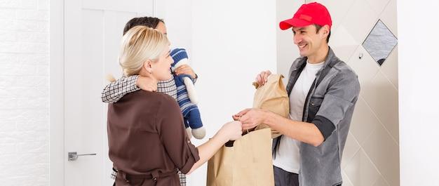 Kierowca dostarczający zamówienie na zakupy spożywcze online