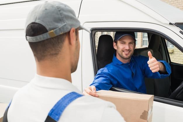 Kierowca dostawy przekazanie paczki do klienta w jego van