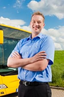 Kierowca przed swoim autobusem