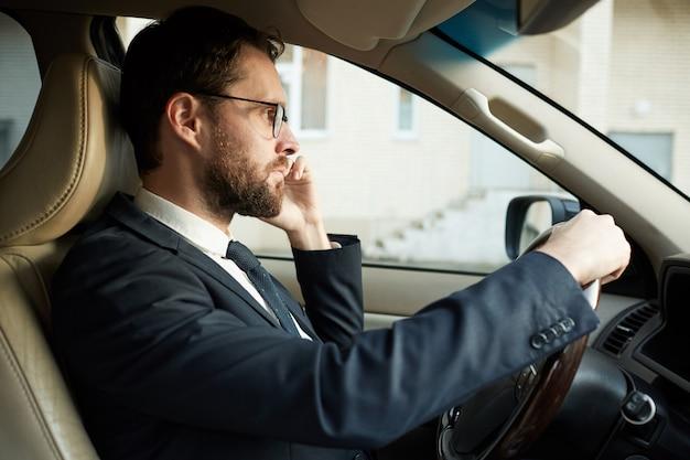 Kierowca rozmawia przez telefon podczas jazdy