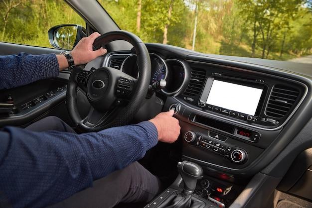 Kierowca samochodu uruchamiający silnik uruchom, zatrzymaj przycisk silnika