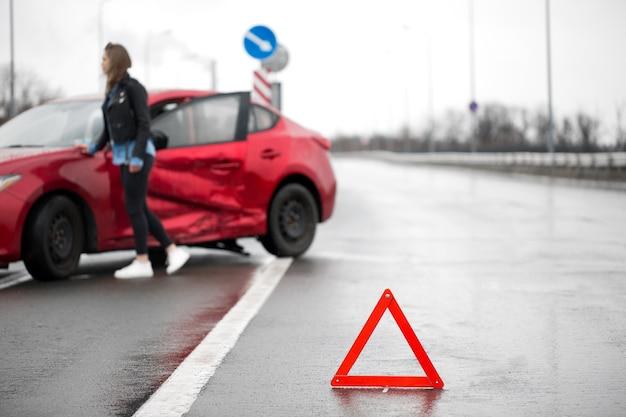Kierowca siedzący na poboczu drogi po wypadku drogowym