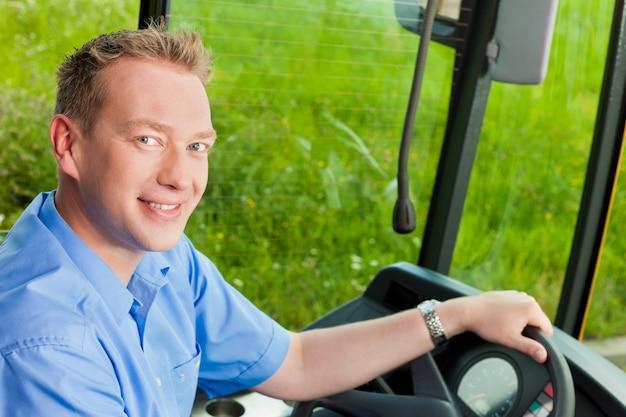 Kierowca siedzi w swoim autobusie