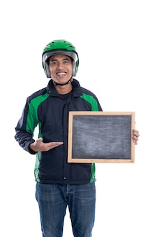 Kierowca ubera lub kierowca taksówki motocykl komercyjny trzyma pustą tablicę i uśmiecha się