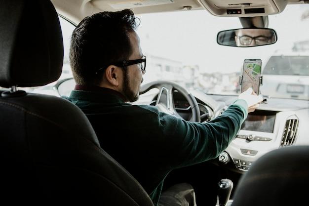 Kierowca używający telefonu komórkowego do nawigacji