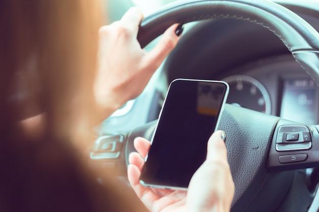 Kierowca z telefonem komórkowym