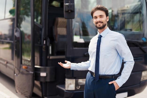 Kierowca zaprasza do skorzystania z usługi podróży autobusowej.
