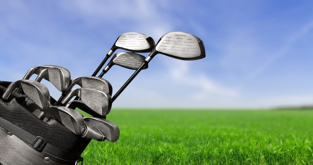 Kierowcy kijów golfowych w tle.