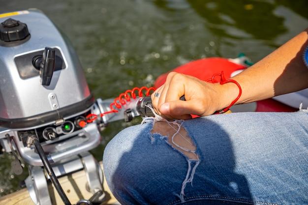 Kierowcy łodzi ręka na kole silnika z bliska na rzece czechy