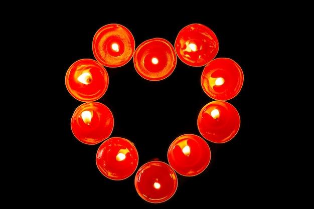 Kierowe świeczki na czarnym tle